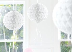 Weiße Wabenpapier-Bälle
